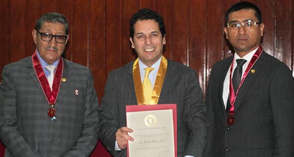 CEO de Agrovet Market, Umberto Calderón, recibe reconocimiento por 25 años de colegiatura